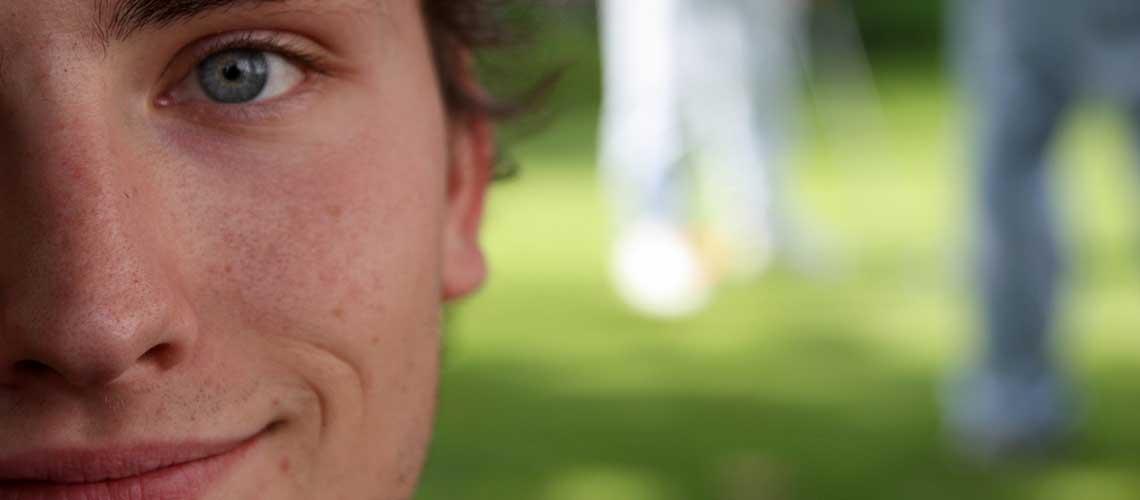 Foto Laechelnder jungendlicher Mensch zum Projekt Gut begleitet ins Erwachsenenleben