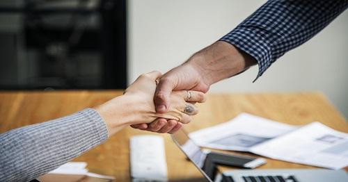 Foto zweier Menschen, die sich die Hände geben zum Projekt CareHoPe - CareLeaver an Hochschulen - Online Peerberatung
